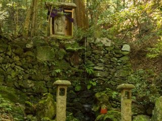 A small waterfall and statue of Statue of Fudō Myō-ō (不動明王) on the Kami-Daigo trail. This is the first stop where you can take a break and have some cold refreshing spring water. After this the serious climbing will start
