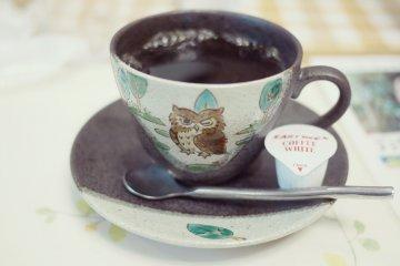 <p>&iexcl;Todo es de b&uacute;hos, hasta las tazas de caf&eacute;!</p>