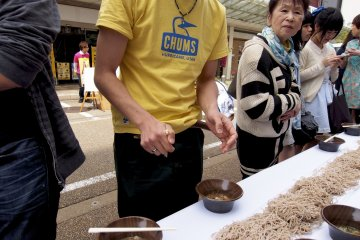 <p>300+ oroshi soba&nbsp;noodle eaters all hoping for Guinness&nbsp;Book fame</p>