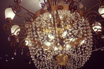 <p>The lobby&#39;s chandelier.</p>