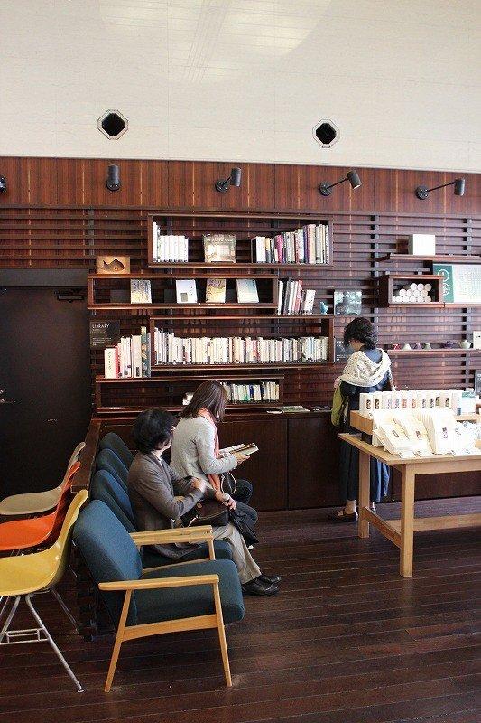좌석을 기다리는 동안 잡지나 책을 읽을 수 있도록 서가에는 여러가지 책과 잡지가 줄지어 있다
