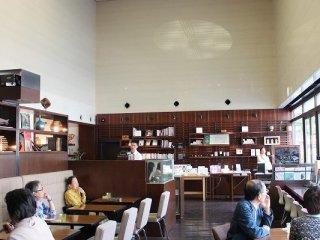 현관 앞 왼쪽에도 자리가 있다. 특별히 커피와 식사를 나누고 있는 것도 아니다. 넓고 넉넉한 가게 안이다