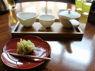 엽차와 일본식 과자 세트도 먹고