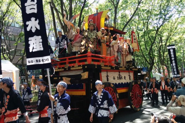 A float rolls past the crowd.