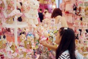 Une jeune cliente dans un magasin d'accessoires
