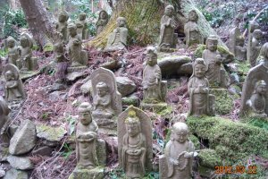 Tachikue valley statues