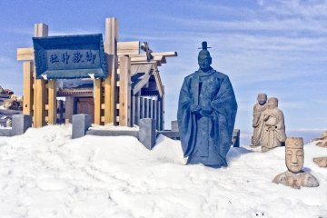 <p>Some religious statues and a Shrine at the peak of &#39;Ken-ga-mine&#39;</p>