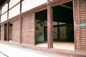 O interior é tão tradicionalmente japonês como o exterior