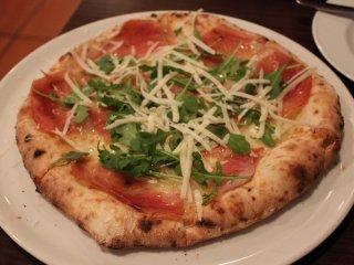 추천의 맛인 '카프레제' 피자. 허브가 싱싱하고, 프로슈트의 소금간과 훌륭한 조화다