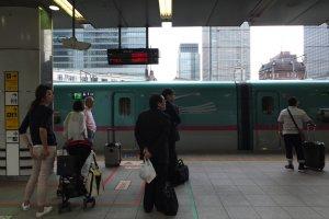 ก่อนขึ้นรถไฟต้องต่อคิวรอประตูเปิด