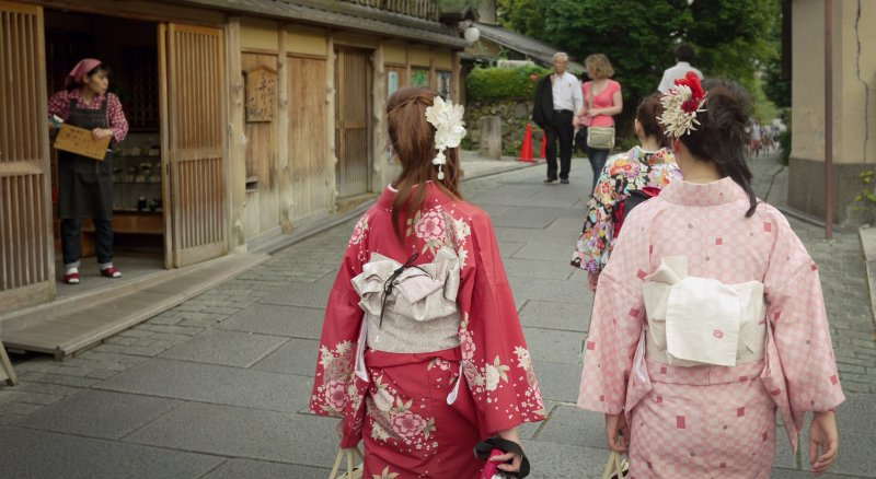 <p>On the way to the temple, Japanese women dressed in their traditional kimono outfit.</p>