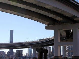 Le pont effectue un grand virage au-dessus de la terre ferme. Vous ne pouvez pas vous balader sur cette partie, mais vous pourrez y passer en train.