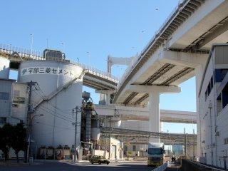 Sur la rive, côté Tokyo, on trouve une vaste zone industrielle et maritime avec de nombreuses usines.