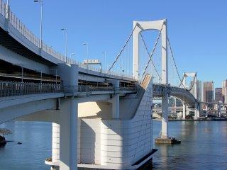 Le pont est une merveille architecturale. Peu importe le point de vue, il montre toujours un visage incroyable. Impossible de rater une photo !