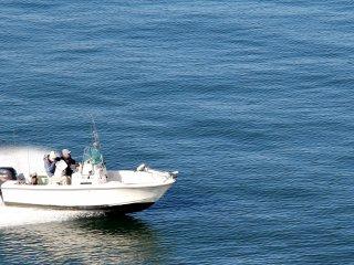 Certains vont à la pêche sur leur propre bateau. Habituellement, l'eau est calme et possède une belle couleur bleue, à moins qu'il n'y ait du vent.