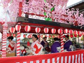 山車の一つは芦原芸妓の皆さんのプロフェッショナルな演奏と歌いの山車である