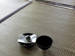 ชาเขียวรสขมแบบดั้งเดิมเสริฟมาพร้อมกับขนมหวานญี่ปุ่น