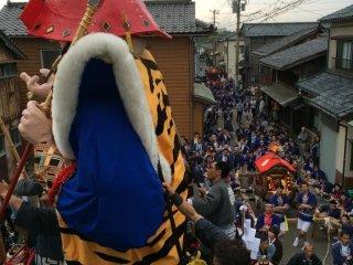福井の大きな祭りには大型の人形山車が引かれるものが多い。敦賀祭と三国祭はその代表格である。三国祭りは北陸三大祭の一つである