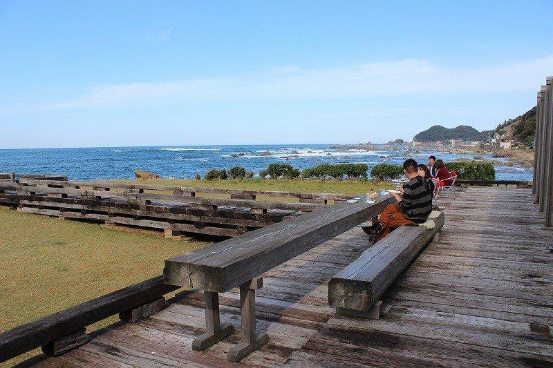 日本海といえば荒海のイメージがあるが、それは季節風が強まる11月から2月頃まで。それ以外の季節は穏やかな海が多い。潮風が気持ちいい