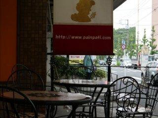 Bảng hiệu của Pain Pati có ba màu đỏ, trắng và xanh như quốc kì nước Pháp