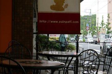 ป้ายร้าน Pain Pati มีสีแดง ขาว และน้ำเงิน เหมือนธงชาติฝรั่งเศส