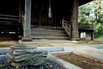 <p>Even the wooden verandah posts feature carved motifs</p>