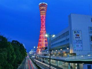 神戸ポートタワーのユニークな双曲線型デザインと、絵のように美しいハーバーランドのウォーターフロント。神戸市内でお気に入りの場所だ