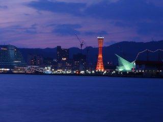 ポートアイランド駅から眺める神戸ポートタワー。神戸ハーバーランドで行われる夏の花火大会は、ここから見るのが一番だ