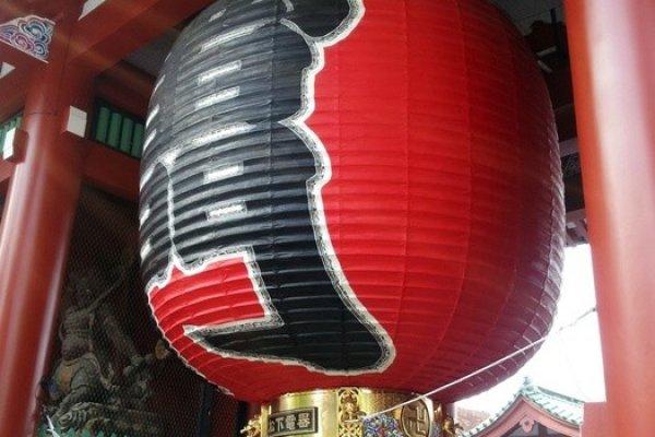 โคมยักษ์สีแดงมีซึ่งมีอักษรคันจิเขียนว่า Kaminarimon แปลว่าประตูสายฟ้า