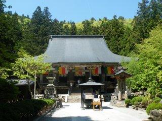 Konpon-chudo là hội trường chính của Yamadera và có thể đến nơi sau vài phút leo bộ. Nó được xây dựng vào năm 1356.