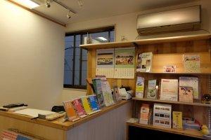 ภายในมีข้อมูลที่เป็นประโยชน์สำหรับนักท่องเที่ยว และผู้ที่สนใจเรียนรู้วัฒนธรรมญี่ปุ่นเต็มไปหมด