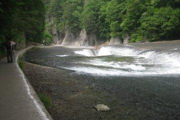 瀑布旁建有漫步道,旅客可從不同角度欣賞瀑布之美。