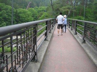 นอกจากนี้ยังมีสะพานแขวน ที่คุณสามารถชมวิวมุมกว้างทั่วบริเวณน้ำตก