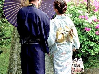 Le couple amical en kimono