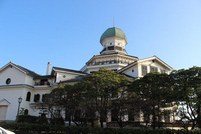 美しい塔が印象的な「龍翔館」は鉄筋コンクリート製の復元建築物である