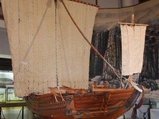 1階ホールには、かつて三国を栄えさせた北前船の1/5の模型が展示されている