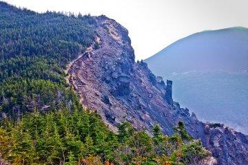Гора Такаминэ на переднем плане и гора Асама позади