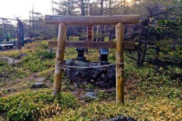 """Маленький храм рядом с началом пешей тропы в """"Такаминэ Когэн"""""""