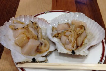 <p>Pour a little soy sauce on the scallops for flavor</p>