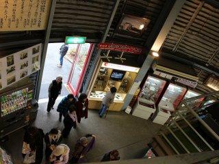 連日多くの見学客が訪れる。入り口には様々な包丁を確かめて購入することができる