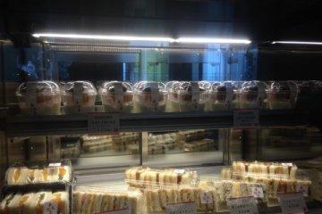 <p>계산대 옆에도 맛있는 디저트와 샌드위치를 팔고 있답니다.</p>