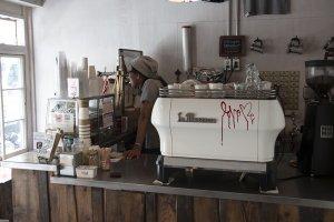 Bear Pond Espresso tampak seperti pom bensin Amerika, tapi pastinya memberikan kopi yang lebih baik.
