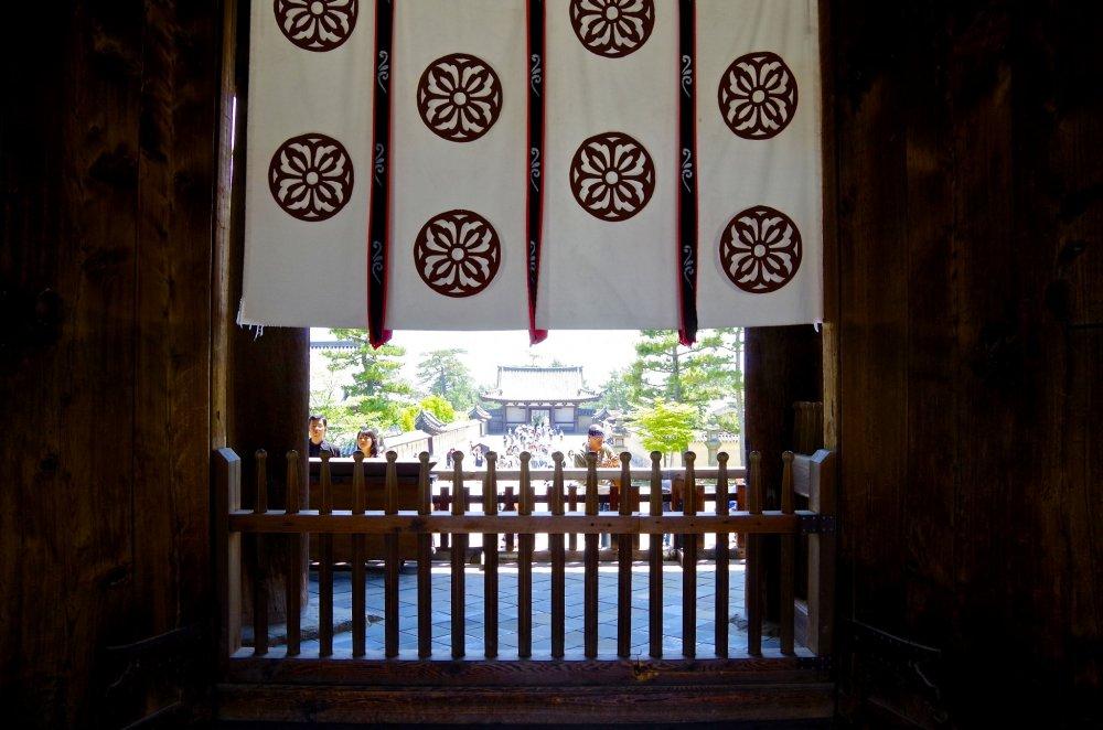 Cổng Chu-mon và những lá cờ phấp phới