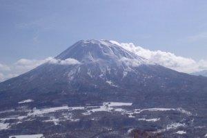 Le mont Yōtei, surnommé Ezo-Fuji, le «mont Fuji d'Hokkaidō», à Niseko