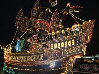 الموكب الإستعراضي في طوكيو ديزني لاند: بيتر بان والقراصنة.