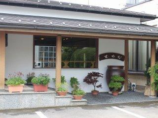 落ち着いた和風の店外観。常連客がとても多い