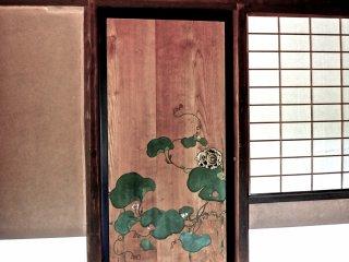 Прекрасные расписные листья лотоса, прямо на деревянной двери в одном из чайных домиков виллы