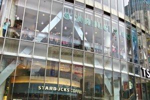 ชั้น2 ของร้าน Starbucks จุดสังเกตการณ์ยอดนิยมของห้าแยกชิบุย่า