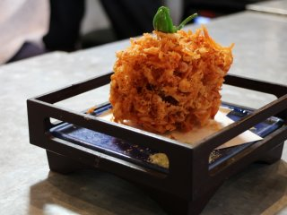 Here we go! The first dish is a kakiage. This one has the shape of an apple but is actually made of fried baby shrimps with a pepper on the top.