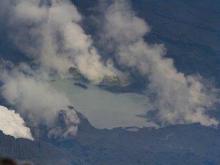 Cận cảnh hồ nước ở đáy miệng núi lửa của Naka-dake, cũng cho thấy nhiều miệng phun đang nhả khói. Âm thanh vang lên ở đây là thứ mà bạn chắc chắn phải trải nghiệm; đó là âm thanh của Mẹ Trái Đất.